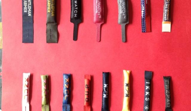 Zipper pulls woven labels
